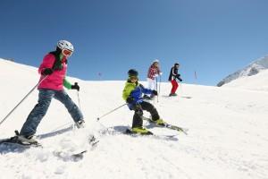 Das richtige Verhalten hilft auf vollen Pisten, Unfälle zu vermeiden. Quelle www.sicher-im-schnee.de