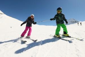 Im Skikurs lernen die Kleinen sicher den Berg hinab zu fahren Quelle www.sicher-im-schnee.de