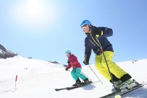 Wer langsamere Pistenteilnehmer überholt, sollte auf ausreichend Abstand achten Quelle www.sicher-im-schnee.de