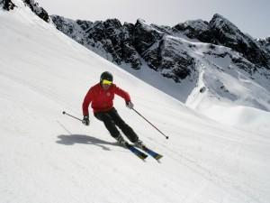 """Skier enger zusammen, keine Extreme mehr: Die """"neue Ästhetik des Skifahrens"""".   Foto: Schneesportschule Hochzeiger-Pitztal"""