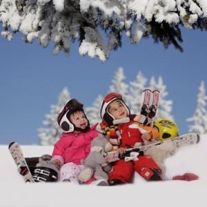 Spaß ja, Stress nein: Das Kinderhotel Oberjoch hat seinen Ski-Service mit Kursen und Transfers für Familien optimiert und neu organisiert. Skifahren und Rodeln im Skigebiet ist für Hotelgäste gratis. Foto: Kinderhotel Oberjoch