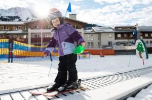 Ski-Zwerge zwischen zwei und vier Jahre erhalten ihren ersten Anfängerunterricht direkt auf dem Ski-Gelände des Vier-Sterne-Hotels der Inhaber-Familie Mayer. Foto: Kinderhotel Oberjoch