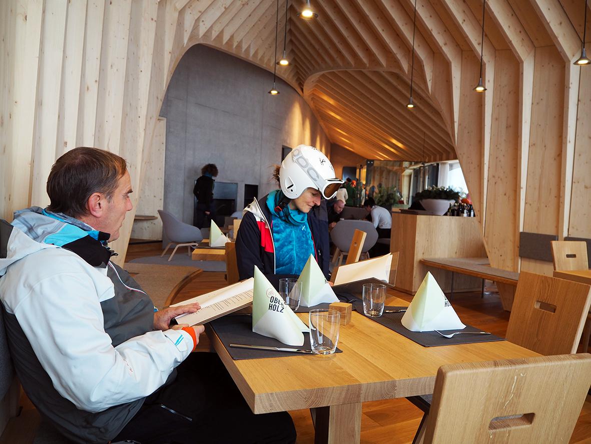 Pause in der Berghütte Oberholz in Obereggen.