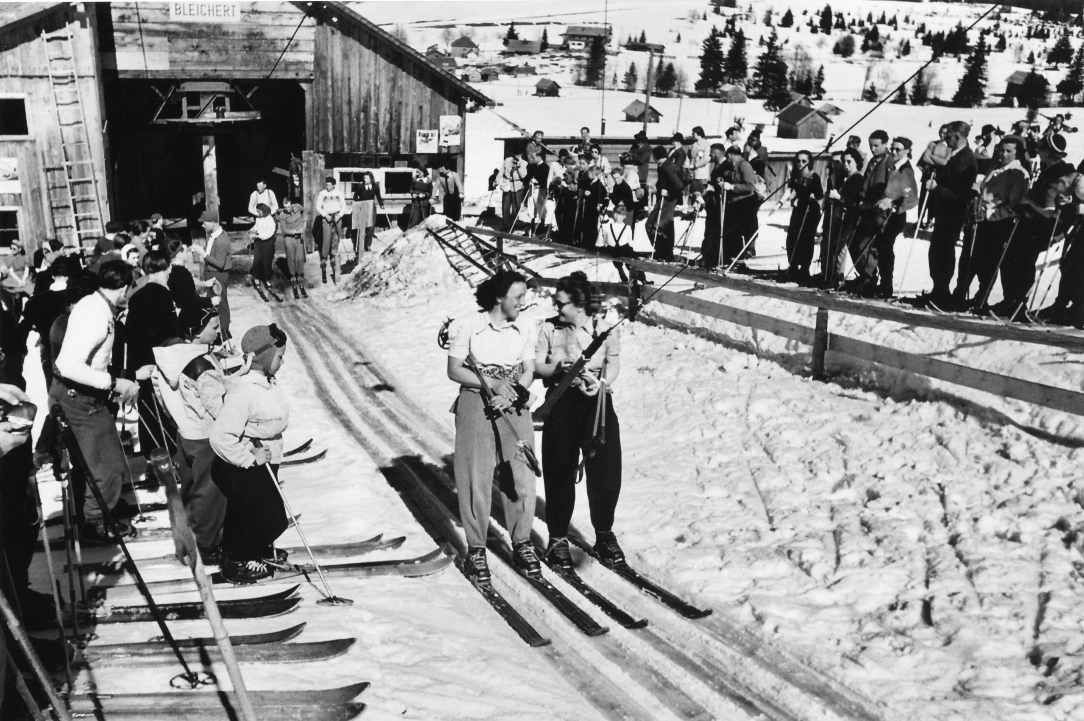 """75 Jahre Skigeschichte: Seit dem Bau und der Inbetriebnahme des Schlepplifts am Iseler im Winter 1942/1943 gilt das Skigebiet Oberjoch als eine """"Wiege des deutschen Skisports"""". Der erste Schlepplift in Oberjoch hatte 26 Bügel und einen 20 PS starken Elektromotor.  Foto: Skigebiet Oberjoch"""