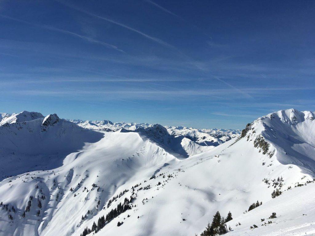 Ist dieser Rundblick nicht herrlich? Nur blöd, wenn dir hinten einer die Ski wegnimmt...