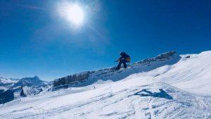 Snowboard-Sprung am markanten Hohen Ifen im Allgäu. Foto: Nicola Matthiesen