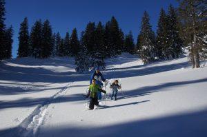 Beim Schneeschuhwandern am Riedbergpass. Foto © Dietrich Hub, Coelestina Lerch / J. Berg Verlag