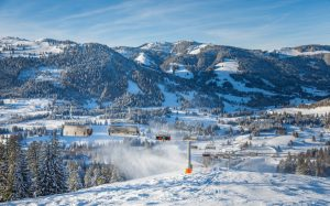Das Skigebiet Oberjoch (Allgäu) war 2015 Wegbereiter für die gesamte Branche: Der Neubau einer 8er-Hochgeschwindigkeits-Sesselbahn mit Abdeckhauben, Sitzheizung und Kindersicherung war bis dahin in Deutschland einmalig. Fotos: Bergbahnen Hindelang-Oberjoch/Bad Hindelang Tourismus